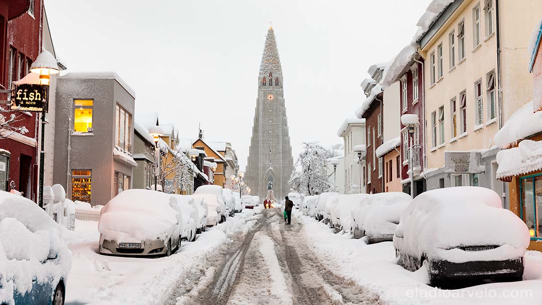 Snowed streets leading to Hallgrimskirkja.